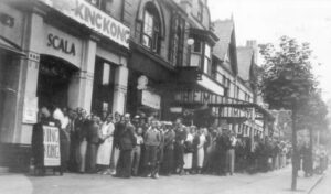 An image showing queues for the King Kong premier at the Prestatyn Scala in 1933.